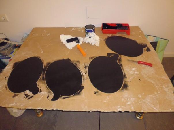Pintamos las pizarras con la pintura. Como veis yo elegí el color negro.